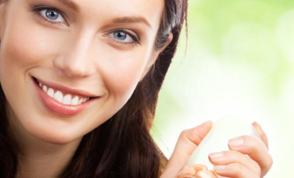 Frau hält Dose mit Nahrungsergänzungsmitteln in der Hand - Kampf gegen Herpes